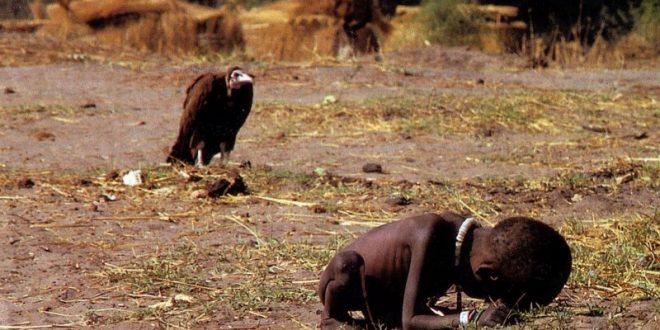 """Cum s-a sinucis fotograful care a realizat fotografia cu vulturul ce așteaptă să moară fetița. """"Durerea a învins bucuria de a trăi. Îmi pare rău!"""" – Video Play  Stiri Online Revista Presei Ultimile Stiri"""